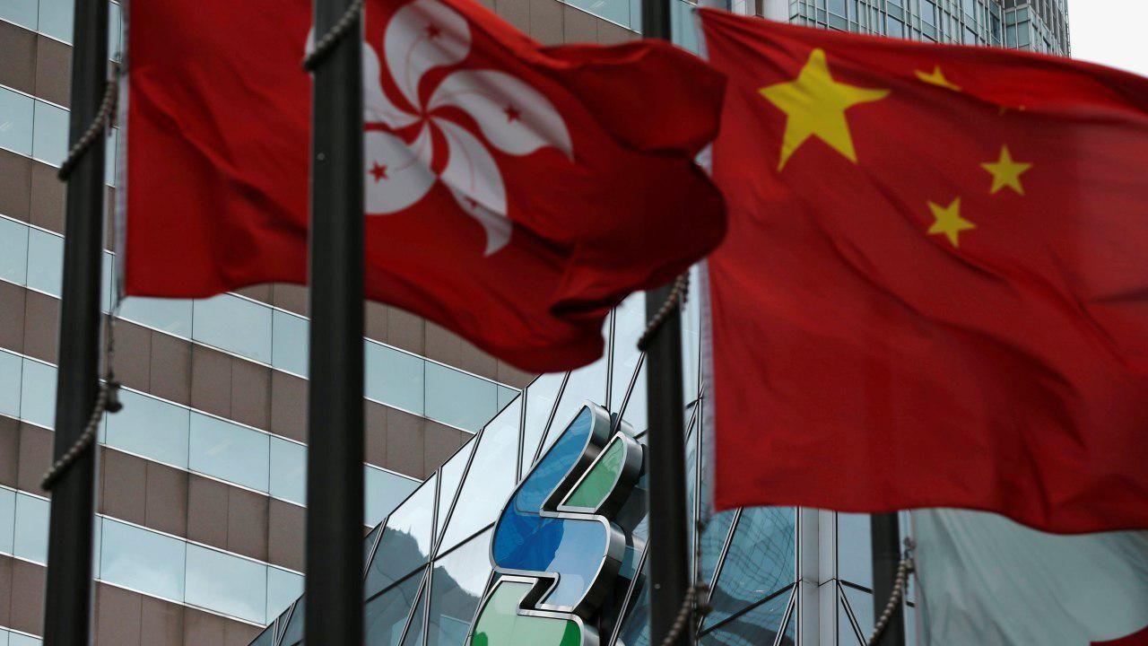 中国国旗と並ぶ香港の旗