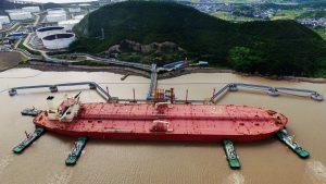 石油ターミナルとして浙江省に停泊しているVLCC(提供:ロイター/アフロ)