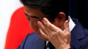 新型ウイルス肺炎巡り記者会見で演出する安倍首相(写真:ロイター/アフロ)