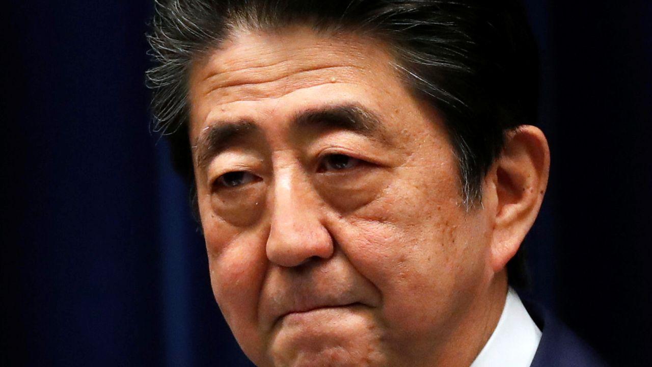 新型肺炎感染拡大に対する対策巡り会見する安倍首相(写真:ロイター/アフロ)