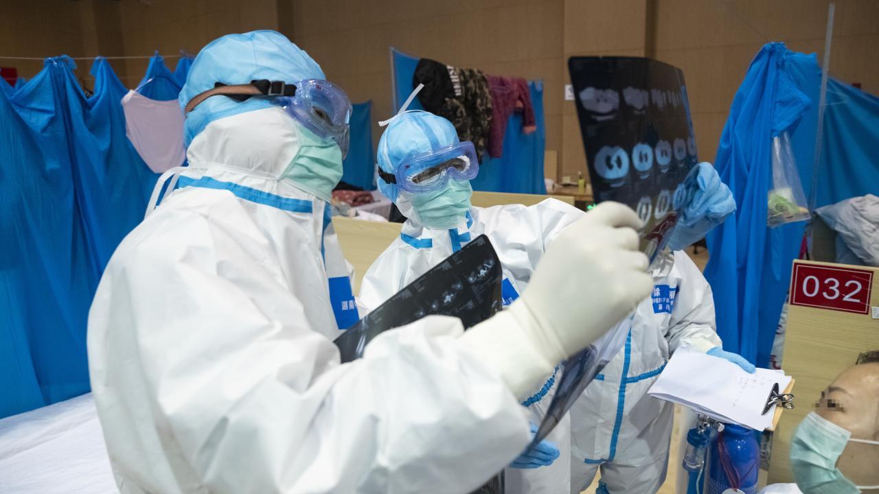 新型コロナ患者の治療に当たる医療従事者(写真:新華社/アフロ)