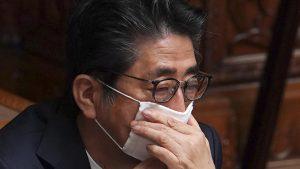 躊躇し続ける安倍首相(提供:AP/アフロ)