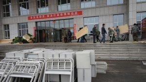 綏芬河市で労働者たちが臨時病院にベッドを運んでいる(提供:ロイター/アフロ)