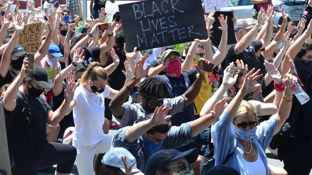 白人警官に押さえつけられ黒人男性死亡 セレブ達も抗議に参加(写真:Splash/アフロ)