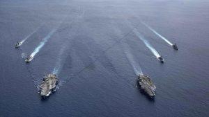 南シナ海で隊列を組む米海軍(提供:U.S. Navy/AP/アフロ)