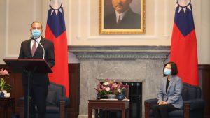 米厚生長官が台湾訪問 断交以来最高位の訪台(写真:代表撮影/ロイター/アフロ)