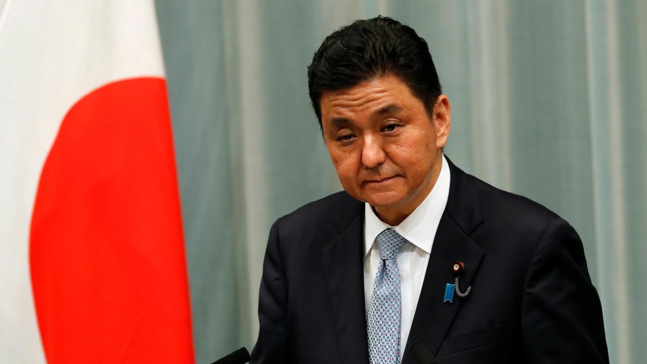 菅内閣が発足 新閣僚の中の一人、岸信夫防衛大臣が会見(写真:ロイター/アフロ)