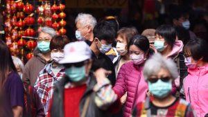 まもなく2021年春節、コロナ対策のマスクをしながら買い物する人々(写真:ロイター/アフロ)