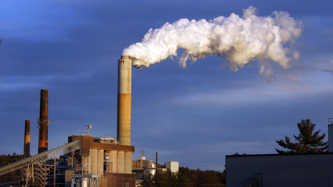 火力発電のCO2排出(写真:AP/アフロ)