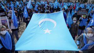 東トルキスタンを象徴する旗(写真:ロイター/アフロ)