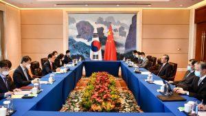 中韓外相が中国で会談(写真:新華社/アフロ)