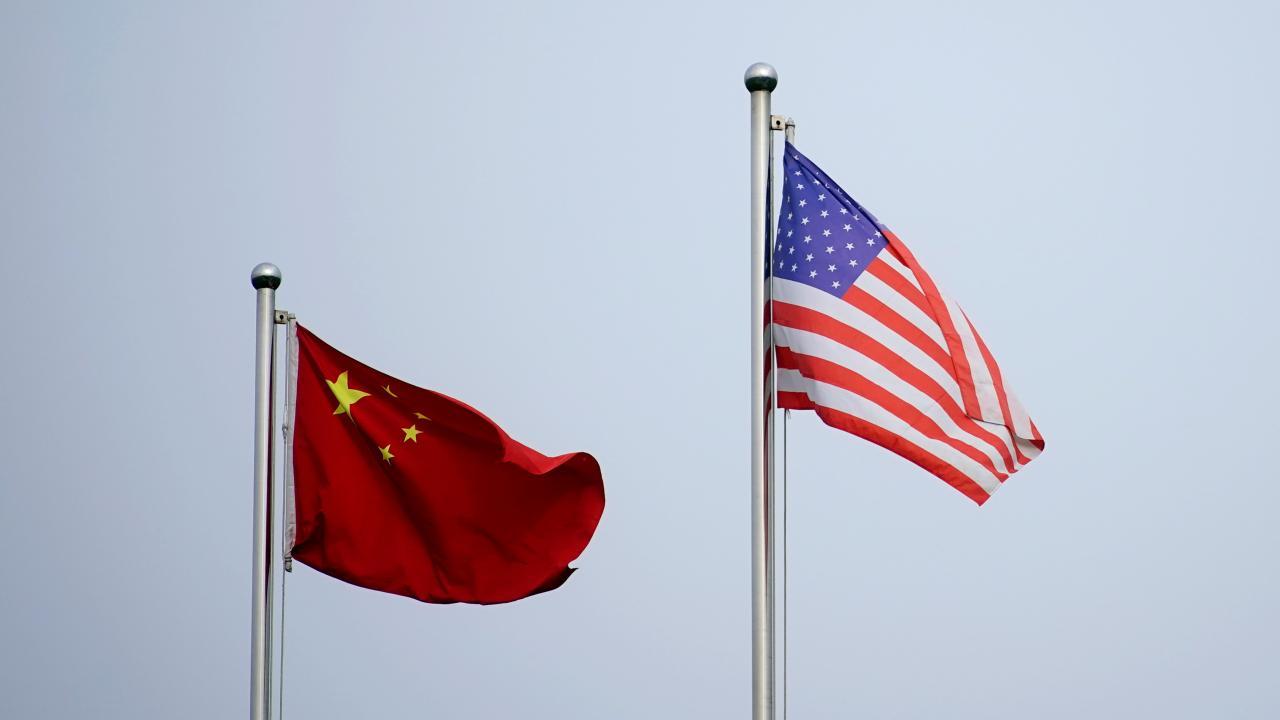 米中の国旗(写真:ロイター/アフロ)