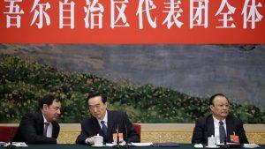 新疆ウイグル自治区代表団の会議に出席する陳全国(中央)(写真:ロイター/アフロ)