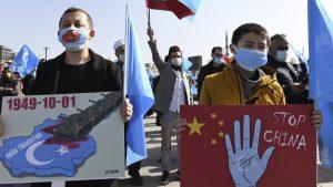 ウイグル人たちの中国政府への抗議デモ(写真:AP/アフロ)