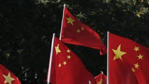 翻る中国の「紅い旗」(写真:ロイター/アフロ)