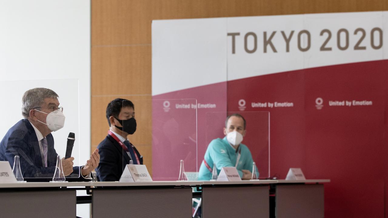 橋本聖子会長と対談するバッハ会長(写真:代表撮影/ロイター/アフロ)