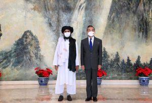 タリバンのバラダール議長と王毅外相(中国外交部のウェブサイトより)