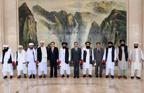 タリバン代表団(外交使節)と王毅外相(中国外交部のウェブサイトより)